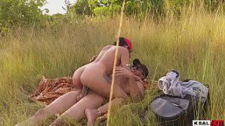 Vadia gostosa em vídeo do sexhoot fudendo no mato