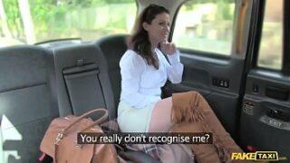 Mulher fazendo sexo anal gostoso no Fake Taxi
