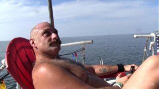 Gay maduro fuera de la orilla gang bang