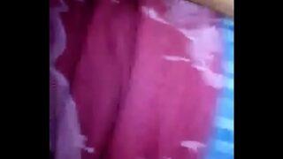 jovem tocando sua cueca samba-canção
